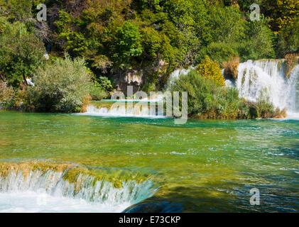 Fluss Krka, große touristische Attraktion in der Nähe von Sibenik, bildet 17 Wasserfällen in einem Bereich 400 Mt. - Stockfoto