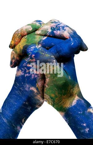 eine Weltkarte in Hände des Mannes bilden eine Kugel (Earth-Karte eingerichtet von der NASA) - Stockfoto