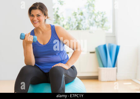 Frau im Fitness-Studio trainieren - Stockfoto