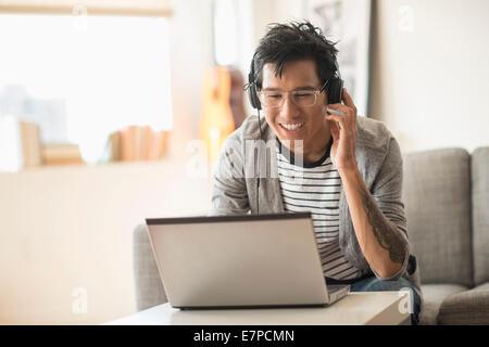Mann Mischen von Musik auf laptop - Stockfoto