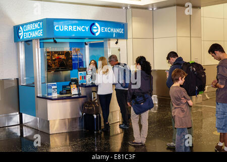 Miami Florida International Airport terminal Halle Tor Bereich Wechselstube Linie Warteschlange - Stockfoto