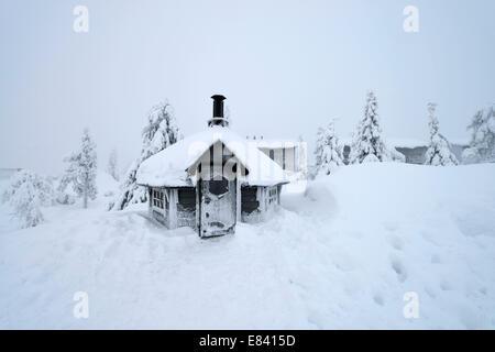 Finnische Kota in einer verschneiten Landschaft, Iso Syöte, Lappland, Finnland - Stockfoto