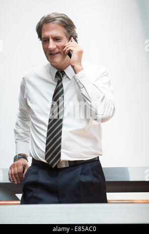Geschäftsmann Reling gelehnt reden über Handy - Stockfoto