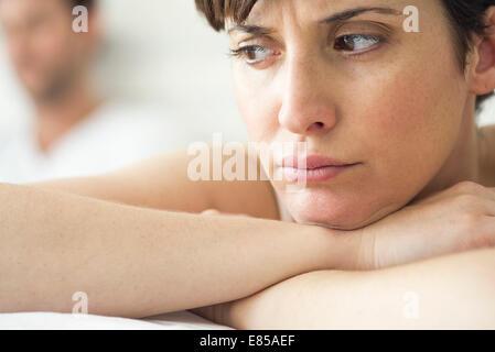 Frau wütend und verärgert nach Streit mit Ehemann - Stockfoto