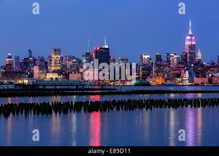 Empire State Building Lichter bis zu verblasst Mark die Osterferien in Pastell Farben, während die blaue Stunde - Stockfoto