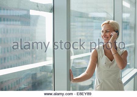 Geschäftsfrau, reden über Handy im Büro - Stockfoto
