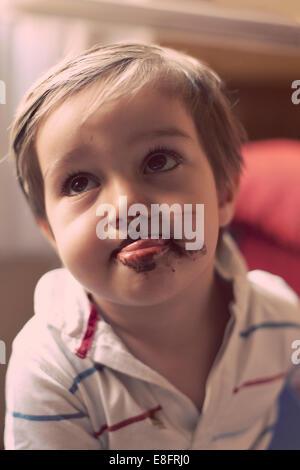 Bildnis eines Knaben mit Schokoladeneis auf seinen Mund - Stockfoto