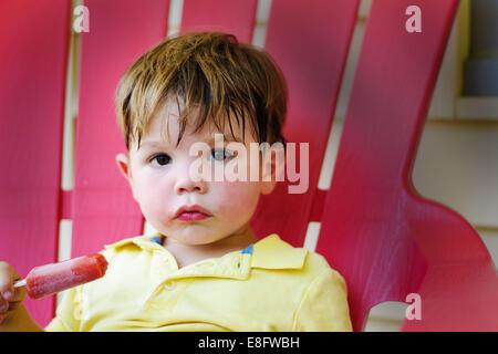 Junge mit Markt (2-3 Jahre) - Stockfoto