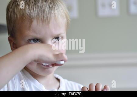 Junge, Eis essen - Stockfoto