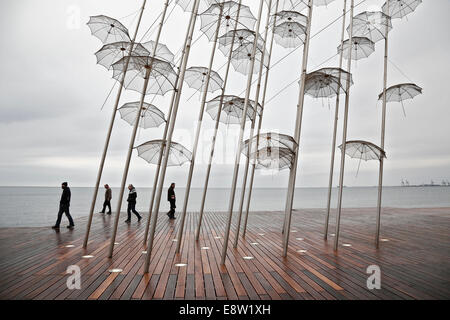 Georgios Zongolopoulos Schirme Skulptur an der Küste des nördlichen griechischen Stadt Thessaloniki auf 1. Dezember - Stockfoto