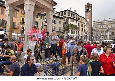 Touristen bei Piazza Delle Erbe (Gebeit Square) in Verona Italien Europa - Stockfoto