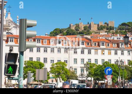 Portugal Lissabon Burg Castelo de Sao Jorge von Rossio Praca Dom Pedro IV Verkehr Fußgänger leuchtet Kirche Igreja - Stockfoto