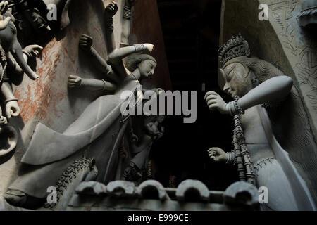 Idol der Göttin Durga ist unter bereiten Sie im traditionellen Töpfer Vorort Namens für die Kumars (Bildhauer), - Stockfoto
