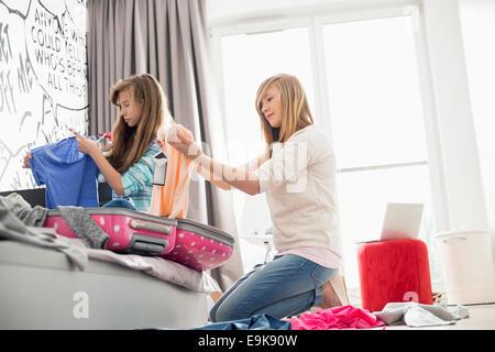 Schwestern, die Reinigung der Zimmer - Stockfoto