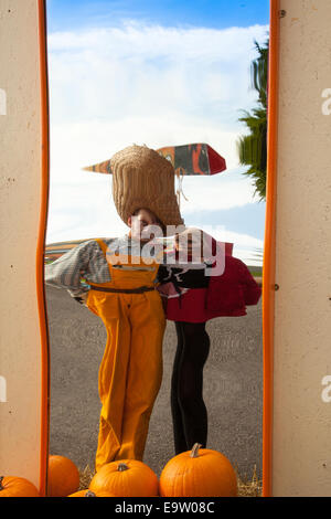 Spaß und interessante wider Bilder zur Verzerrung des konvexen und konkaven Spiegel geben sich wiederholende Überlegungen; - Stockfoto