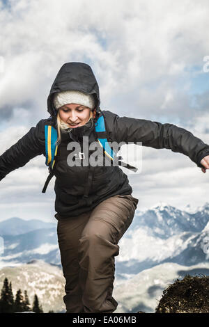 Junge Frau Wandern in Bergen, Hundsarschjoch, Vils, Bayern, Deutschland - Stockfoto
