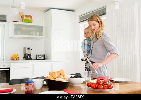 Mutter Einstellung Küchentisch Tochter mit gedrückter - Stockfoto