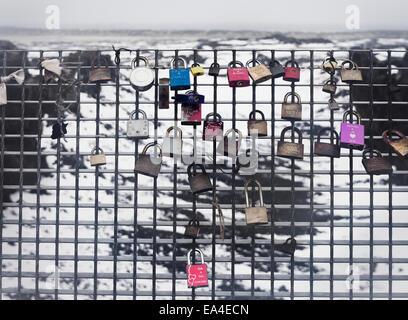 Sperren auf ein Maschendrahtzaun auf Leif Lucky Brücke platziert; Halbinsel Reykjanes, Island - Stockfoto