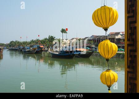 Hoi An Vietnam Aussicht über den Fluss von der Brücke zeigt traditionelle Fischerboote - Stockfoto