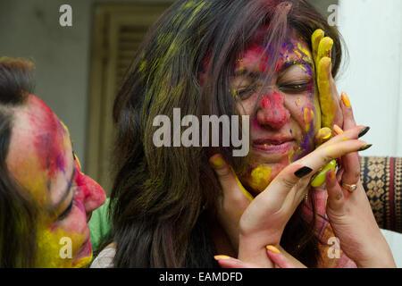 Freunde feiern Holi Festival, Kolkata, Westbengalen, Indien - Stockfoto
