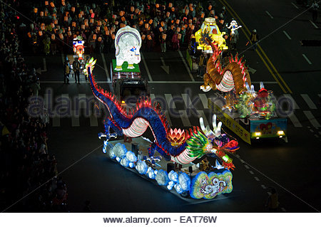 Riesiger Drache schwimmt gehören die Lotus Lantern Festival Parade. - Stockfoto