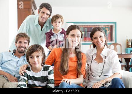 Familie zusammen im Wohnzimmer, Porträt - Stockfoto