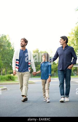 Vater und Sohn gehen gemeinsam im freien - Stockfoto