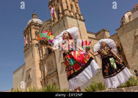 Traditionell kostümierten Istmo Tänzer Volkstänzer außerhalb der Kirche Santo Domingo im Laufe des Tages von den - Stockfoto