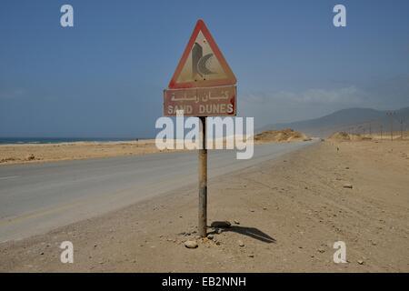 Warnschild warnt der Sanddünen in der Nähe von Mirbat, Dhofar Region, Oman - Stockfoto