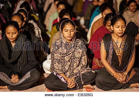 Studentinnen während des Gebets Vidyapeeth Universität gegründet von Mahatma Gandhi. - Stockfoto