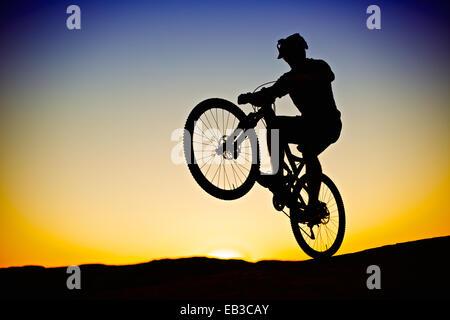 Biker im Sonnenuntergang - Stockfoto