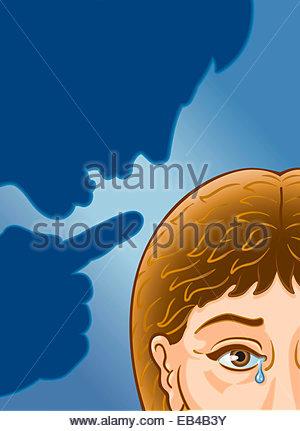 Schatten des Menschen bedrohlich weinende Frau - Stockfoto