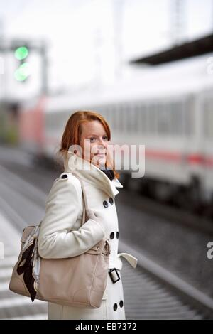 Kaukasische Mädchen am Bahnhof - Stockfoto