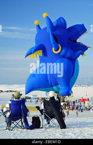Zuschauer und Dragon Hot Air Balloon, White Sands Balloon Festival, White Sands National Monument, Alamogordo, New - Stockfoto
