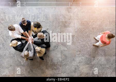 Draufsicht auf Business-Team im Kreis mit Hände zusammen - Stockfoto