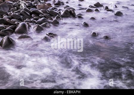 Gezeiten-Wasser waschen, um die Felsen am Dunstanburgh Castle an der Northumbrian Küste, England - Stockfoto