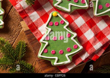 Festliche hausgemachte Weihnachtskekse mit einem Glas Milch - Stockfoto