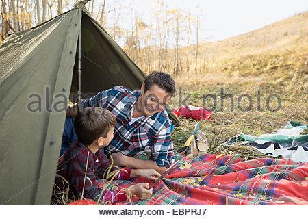 Vater und Sohn mit digital-Tablette im Zelt - Stockfoto