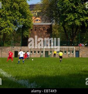 Fußball vor Gasometer Oberhausen, Deutschland, Nordrhein-Westfalen, Ruhrgebiet, Oberhausen - Stockfoto