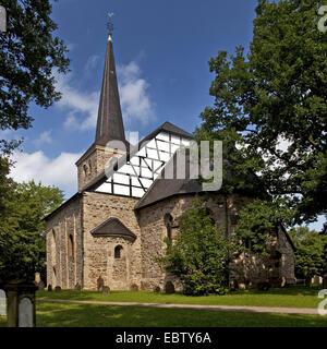 1000 Jahre alte Kirche in Stiepel, Stiepeler Dorfkirche, mit Gräbern im Vordergrund, Bochum, Ruhrgebiet, Nordrhein - Stockfoto