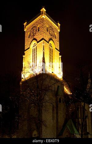 beleuchtete Kirchturm von St. Lambertus in der Nacht, Castrop-Rauxel, Ruhrgebiet, Nordrhein-Westfalen, Deutschland - Stockfoto