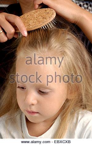 Haare kämmen Tochter Mutter - Stockfoto