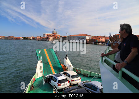 ACTV-Fähre geht von Tronchetto zum Lido - Stockfoto
