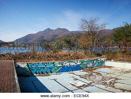 Verlassene Schwimmbad am See Kawaguchiko, Japan. - Stockfoto