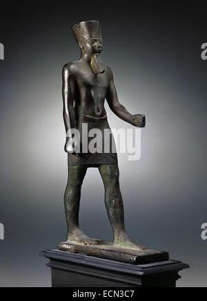 Ägyptische Kunst. Bronzeskulptur Darstellung der Gott Amun Stand mit Bein und Arm im Voraus und ein Zepter hält - Stockfoto