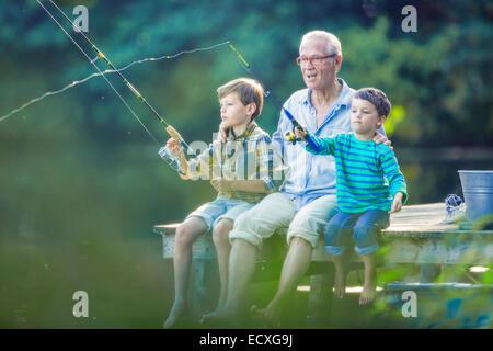 Großvater und Enkel, Angeln im See - Stockfoto