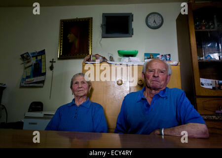Baldassare und Felicia De Simons in ihrer Küche im Dorf Somma Vesuviana, in der roten (Evakuierung) zone - Stockfoto