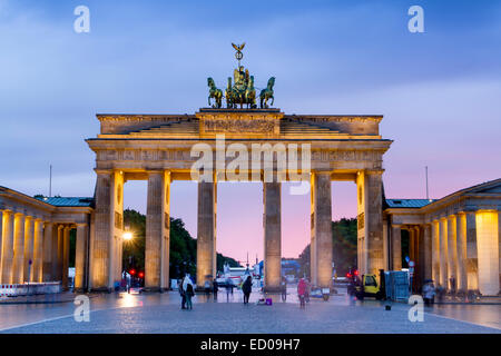 Sonnenuntergang am Brandenburger Tor, Pariser Platz, Berlin, Deutschland. - Stockfoto