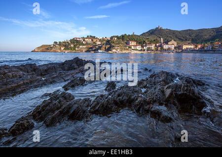 Blick über die Bucht von Collioure, Pyrenäen-Orientales, Languedoc-Roussillon, Frankreich, Europa - Stockfoto