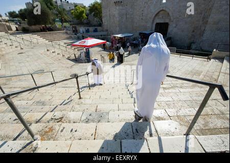 JERUSALEM, ISRAEL - 7. Oktober 2014: Muslime sind die Treppe hinunter zu Damaskus-Tor in der Jerusalemer Altstadt - Stockfoto